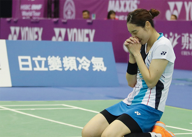 Sung Ji Hyun falls to her knees in celebration after her 2019 Chinese Taipei Open women's singles final victory over Canada's Michelle Li. (photo: CNA)