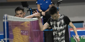 Daren Liew (R) thanks Lin Dan after the Korea Open first round match. (photo: Xinhua)