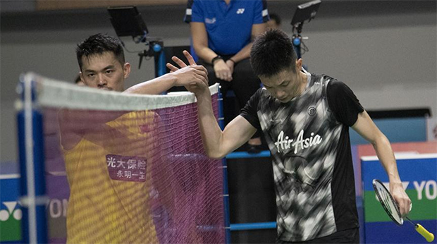 Daren Liew (R) thanks Lin Dan after the Korea Open first round match. (photo: Xinhua)