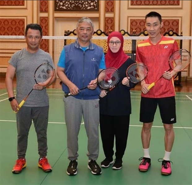 Lee Chong Wei (R) takes pictures with the Queen, Sultan Abdullah and Norza Zakaria. (photo: Lee Chong Wei Fan's Club)