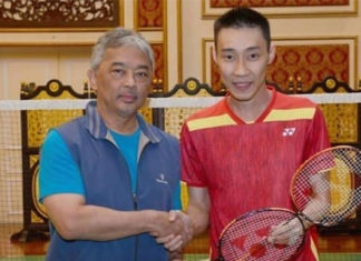 Lee Chong Wei poses for photos with the 16th Malaysian King - Sultan Abdullah. (photo: Lee Chong Wei Fan's Club)