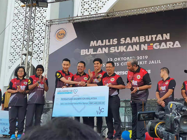Lee Chong Wei hands over donation cheque to Norza Zakaria (R), the president of BAM. (photo: Lee Chong Wei's Facebook)