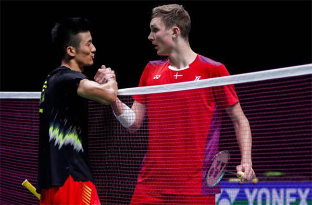 Viktor Axelsen (R) faces Chen Long in Denmark Open semi-final. (photo: Visual China Group via Getty Images)