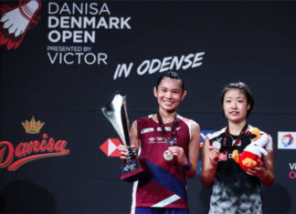 Tai Tzu Ying (L) and Nozomi Okuhara pose for pictures during the Denmark Open awards ceremony. (photo: Shi Tang/Getty Images)