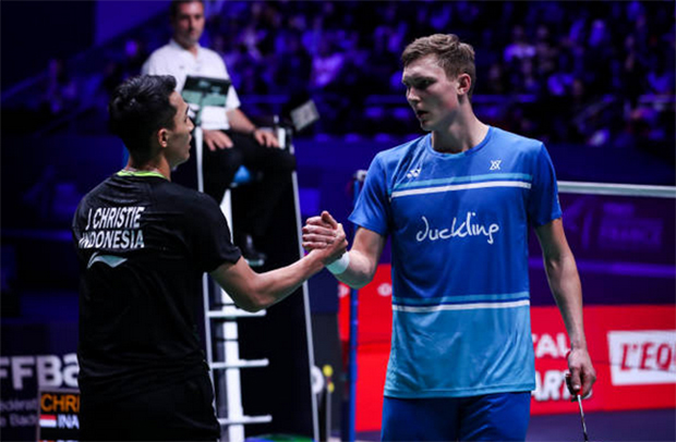 Jonatan Christie (L) beat Viktor Axelsen in French Open semis. (photo: Shi Tang/Getty Images)