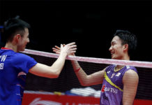 Kento Momota (R) greets Wang Tzu Wei after their BWF World Tour Finals opening match. (photo: Xinhua)