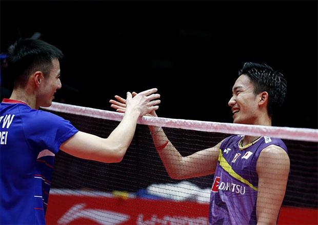 Kento Momota (R) greets Wang Tzu Wei after their BWF World Tour Finals opening match. (photo: Xinhua)