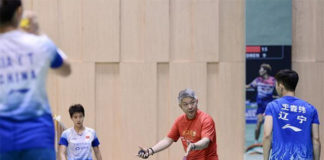 Kang Kyung-Jin of Korea coaching the Chinese women's doubles players. (photo: Yumaoqiu)