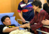 The spouse of the Prime Minister of Malaysia, Tun Dr. Siti Hasmah Mohamad Ali visits Kento Momota in the hospital. (photo: Bernama)