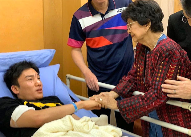 The spouse of the Prime Minister of Malaysia, Tun Dr. Siti Hasmah Mohamad Ali visits Kento Momota in the hospital. (photo: Bernama)