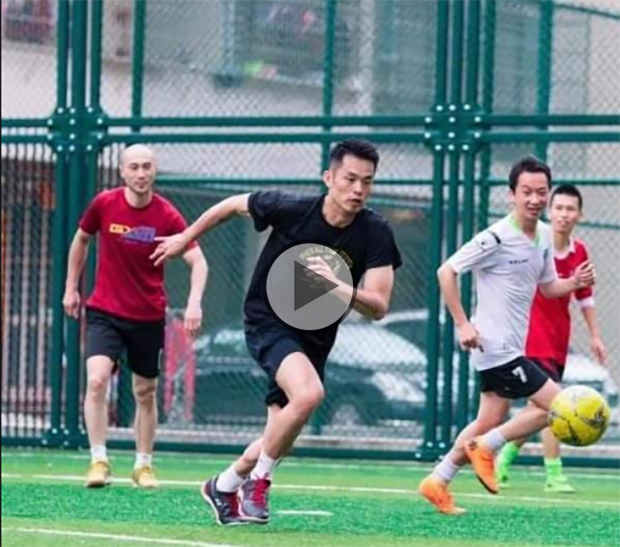 Lin Dan plays football like Cristiano Ronaldo as he effortlessly dribbles past 3 opposing players. (photo: Weibo)