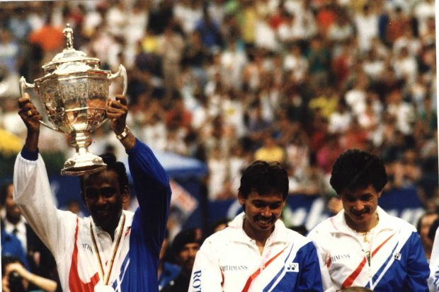 Datuk Punch Gunalan holding the Thomas Cup aloft. Next to him are Razif Sidek and Foo Kok Keong. Year 1992 was the last time Malaysia won the Thomas Cup.