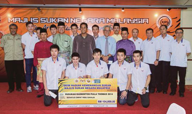 Pang Cheh Chang, Wong Tat Meng, Tey Seu Bock, Hendrawan and Rashid Sidek (begin with right side of last row) were handed total of RM16,000 monetary rewards by the National Sports Council (NSC) on July 1.