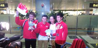Singapore Badminton Association president Lee Yi Shyan (second from left) with shuttler Derek Wong (extreme right) and the latter's family. (Photo: Chitra Kumar)