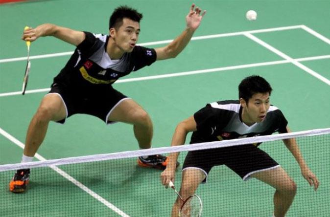 Tan Wee Kiong (back) and Goh V Shem in action
