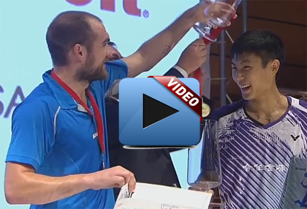 Chou Tien Chen (right) and Scott Evans at the post-match trophy presentation