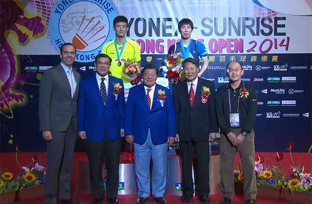 Chen Long (yellow shirt) stands on theh podium with Son Wan-ho