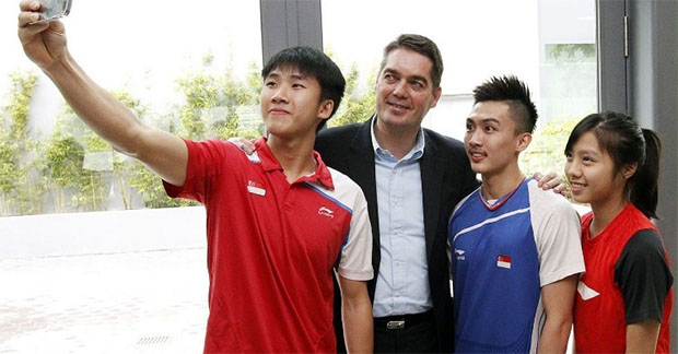 BWF chief Poul-Erik Hoyer Larsen (second from left) having a selfie taken with Team Singapore shuttlers. (Photo: TODAY/Ernest Chua)