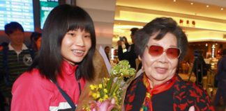 Tai Tzu-ying and her grandmother pose for a photo at Taiwan Taoyuan International Airport. (Photo/Chen Chi-chuan)