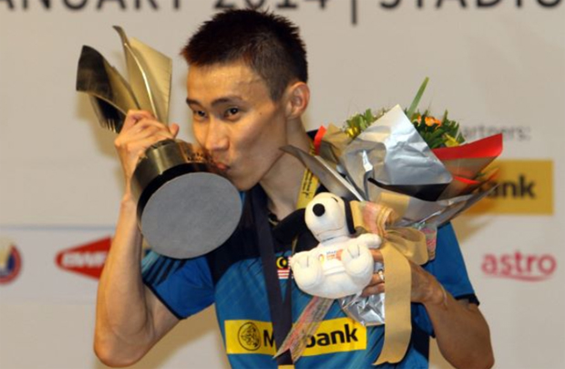 Lee Chong Wei kisses the Malaysian Open trophy after securing his record 10th home title in 2014.