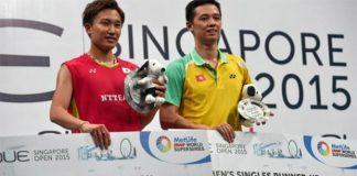 Japanese Kento Momota (left) defeats Hu Yun of Hong Kong to win Singapore Open. (photo: AFP)