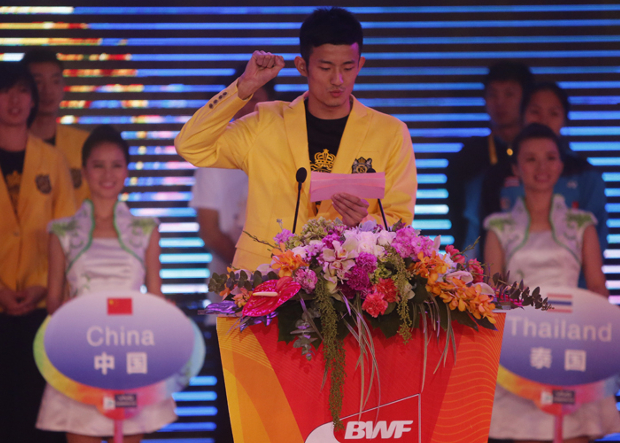 Chen Long delivers the athletes oath. (photo: Reuters)