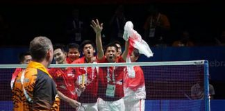 The Indonesian celebrate their team's thrilling win over Malaysia in front of Morten Frost. (photo: SEA Games)