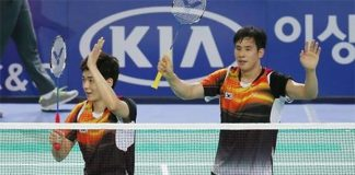 South Korean badminton players Lee Yong-dae (L) and Ko Sung-hyun celebrate their gold medal in the mixed team event with a victory over China at the Summer Universiade in Hwasun, South Jeolla Province, on July 8, 2015. (Yonhap)