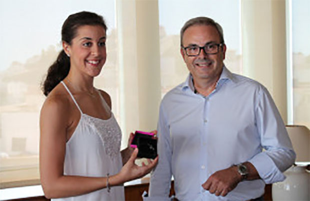 Organizer in Ibiza presents the two-time world champion Carolina Marin with a gift.