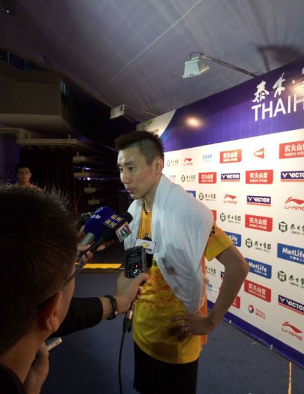 Lee Chong Wei talks to media after his second round match. (photo: Weibo)