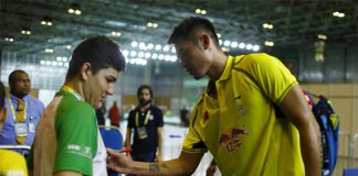 Lin Dan signs autograph for a badminton fan at Rio.