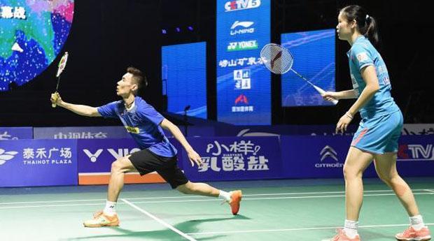 Lee Chong Wei partners Li Xuerui in the China Badminton Super League mixed doubles exhibition match.(photo: Xinhua)