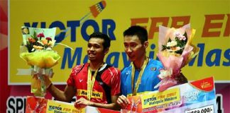 Lee Chong Wei at the trophy presentation with Iskandar Zulkarnain Zainuddin after the 2016 Malaysia Masters men's singles final. (photo: Bernama)