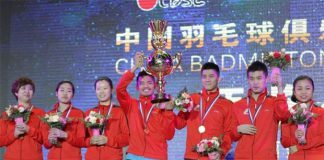 Lin Dan lifts the China Badminton Super League trophy with his teammates.