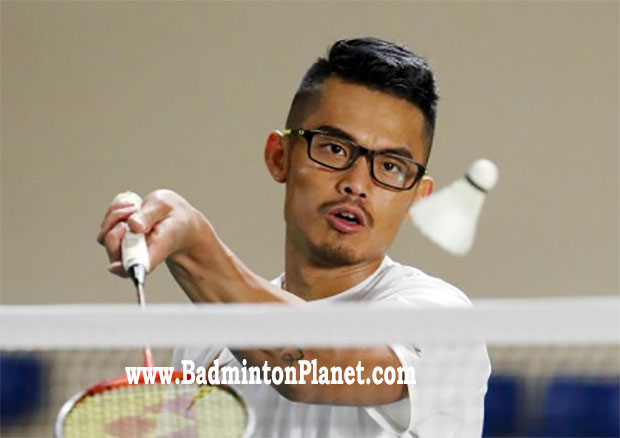 Lin Dan looks so cool when wearing glasses while playing badminton. (photo: AFP)
