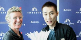 Julie Carrel presented a souvenir to Lee Chong Wei during a partnership ceremony between SKYCITY and Badminton New Zealand in December 2012. (photo: Reuters)