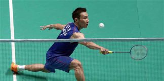 Lee Chong Wei returns a shot against Takuma Ueda in the first round of Malaysia Open in Shah Alam. (photo: GettyImages)