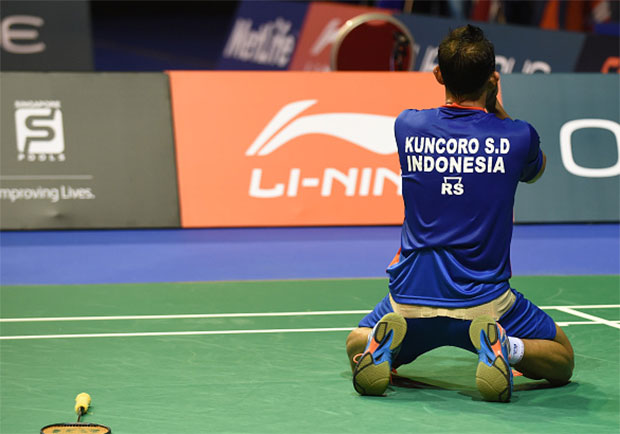 Sony Dwi Kuncoro of Indonesia drops to his knees as he defeats Lin Dan in the Singapore Open semi-finals. (photo: AFP)