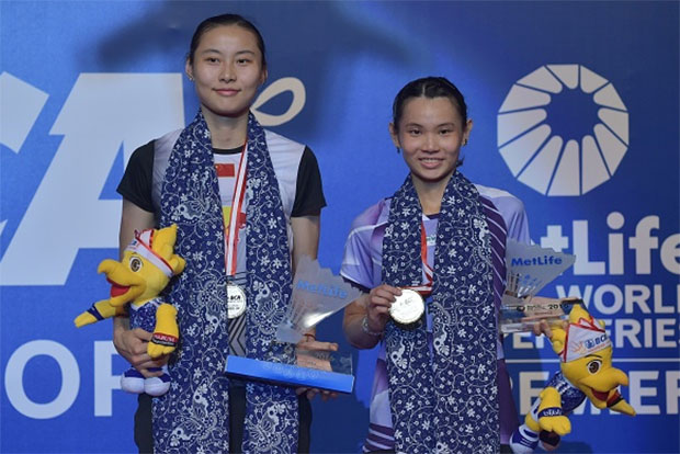 The 2016 Indonesian Open women's singles champion Tai Tzu Ying of Taiwan stands on the podium next to runner-up Wang Yihan of China. (photo: AFP)