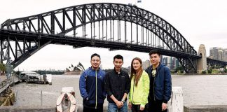 Koo Kien Keat, Lee Chong Wei, Gronya Somerville, and Tan Boon Heong (from left) pose infront of Sydney Harbour Bridge. (photo: AFP)