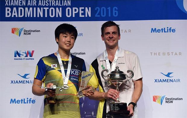 Denmark's Hans-Kristian Vittinghus (L) on the podium with South Korea's Jeon Hyeok-Jin (R) after winning the 2016 Australian Open. (photo: AFP)