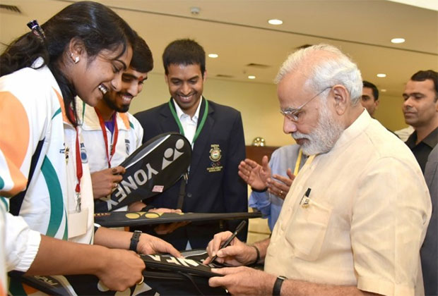 P.V Sindhu and Kidambi Srikanth get autograph from Prime Minister Narendra Modi. (photo: business-standard)