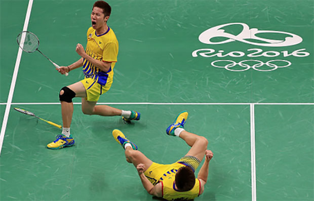 Goh V Shem and Tan Wee Kiong celebrate winning a men's doubles quarterfinal match against World No. 1 Lee Yong Dae and Yoo Yeon Seong of Korea. (photo: AFP)