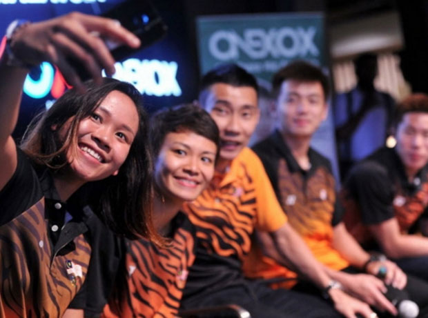 Lee Chong Wei takes picture with the reward recipients. (photo: bernama)