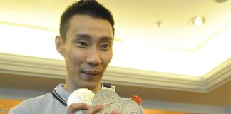 Lee Chong Wei shows his three silver medals from the Summer Olympics. (photo: Pentens)