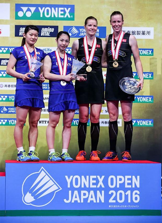 Christinna Pedersen/Kamilla R. Juhl and Ayaka Takahashi/Misaki Matsutomo stand on the podium at the awarding ceremony of the 2016 Japan Open. (photo: AP)