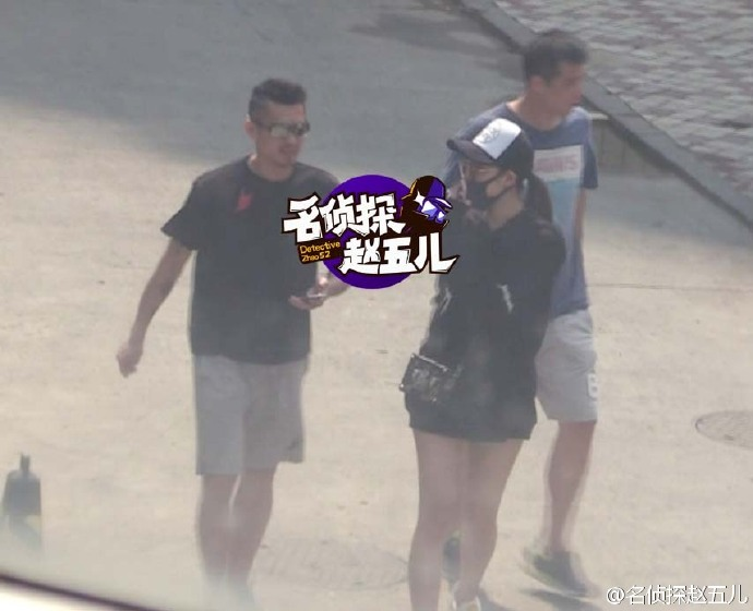 Lin Dan and a woman getting cozy with each other. (photo: ZhaoWu Weibo)