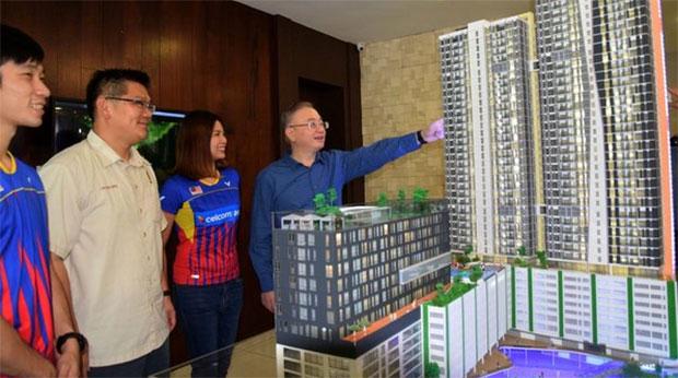 Goh Liu Ying/Chan Peng Soon look at a housing model by the Jaya Mapan Group. (photo: Nanyang)