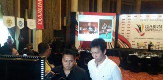 Hendra Setiawan and Markis Kido (left) talk to the media.