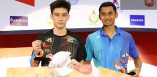 Tommy Sugiarto poses for a trophy photo with runner-up Kantaphon Wangcharoen at 2017 Thailand Open. (photo: AP)